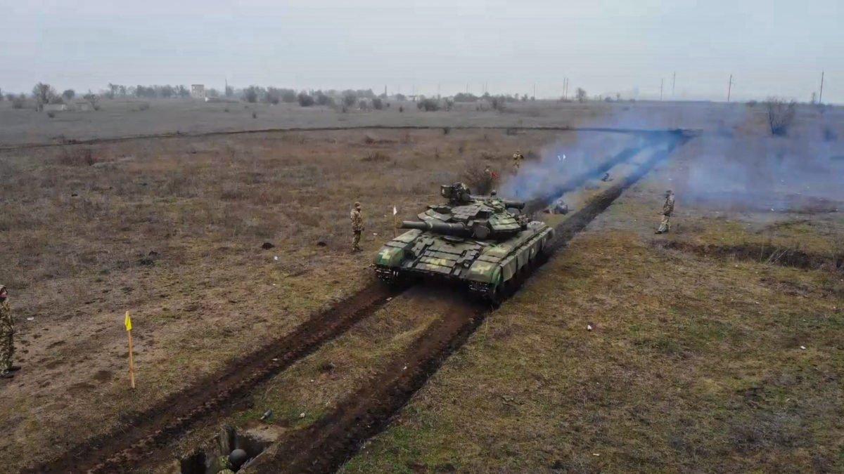 Під Одесою військових «обкатали» танками