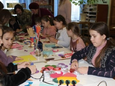 Як діти військових навчались виготовляти «валентинки»