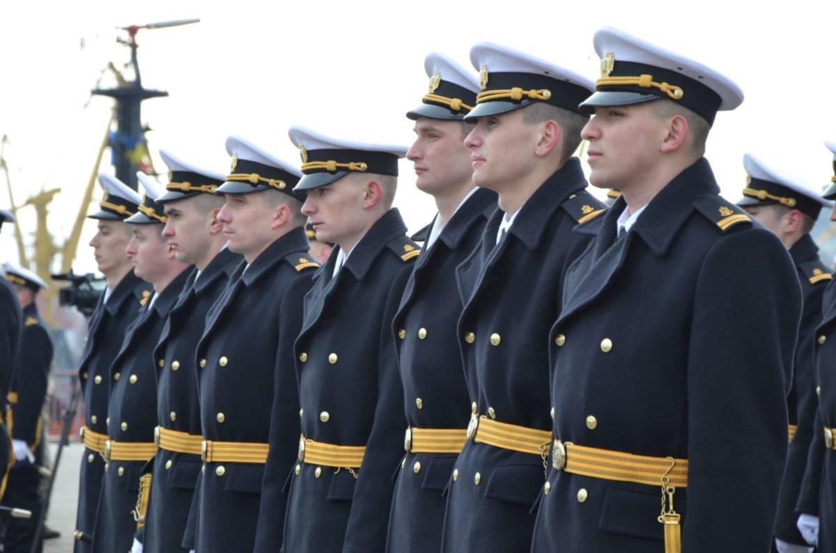 Лейтенантські погони, кортики й нові традиції