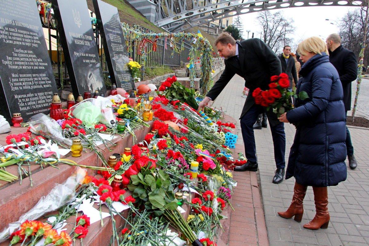 Міністр оборони України вшанував пам'ять Героїв Небесної Сотні