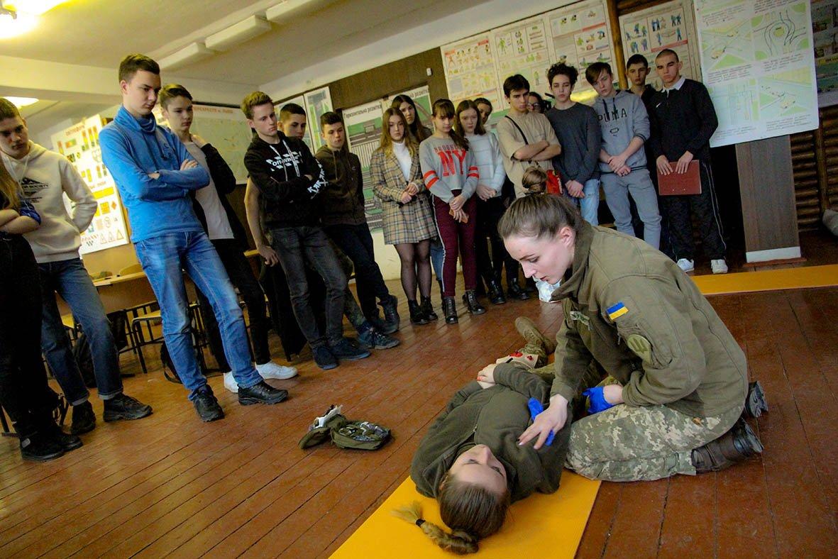 Військові медики на «Хаммері» відвідали львівських учнів