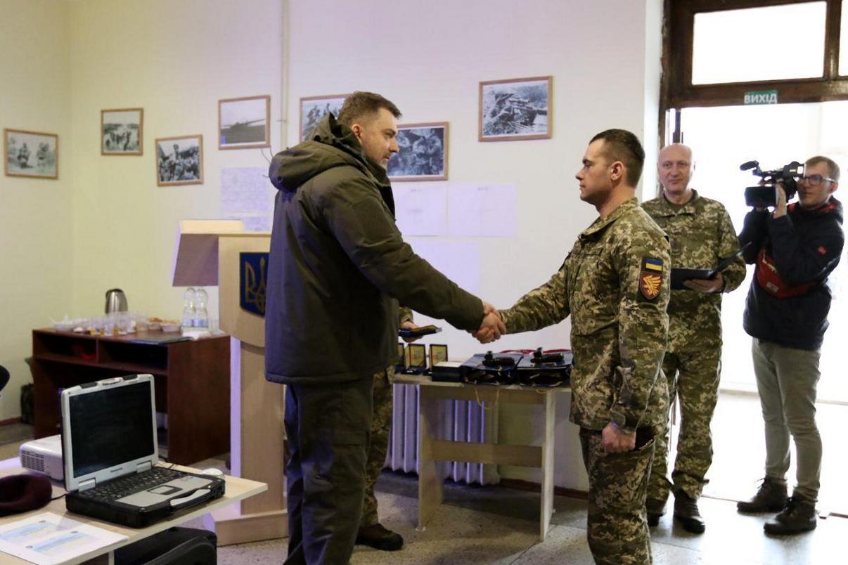 Андрій Загороднюк нагородив воїнів-десантників відомчими відзнаками