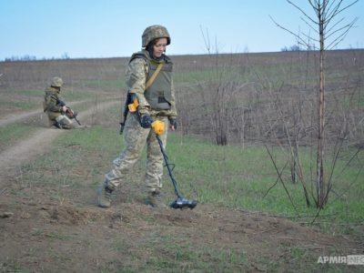 Щодня військові сапери метр за метром очищають землю Донбасу