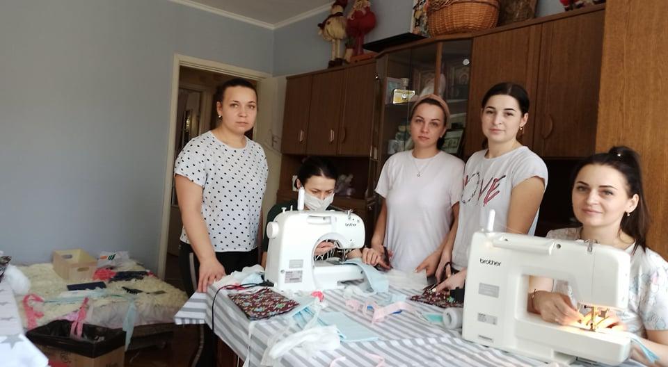 400 масок на день шиють і безкоштовно роздають п'ятеро дівчат із Вінниці