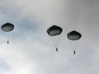Польоти на літаках чи вертольотах – тільки після стрибків із парашутом