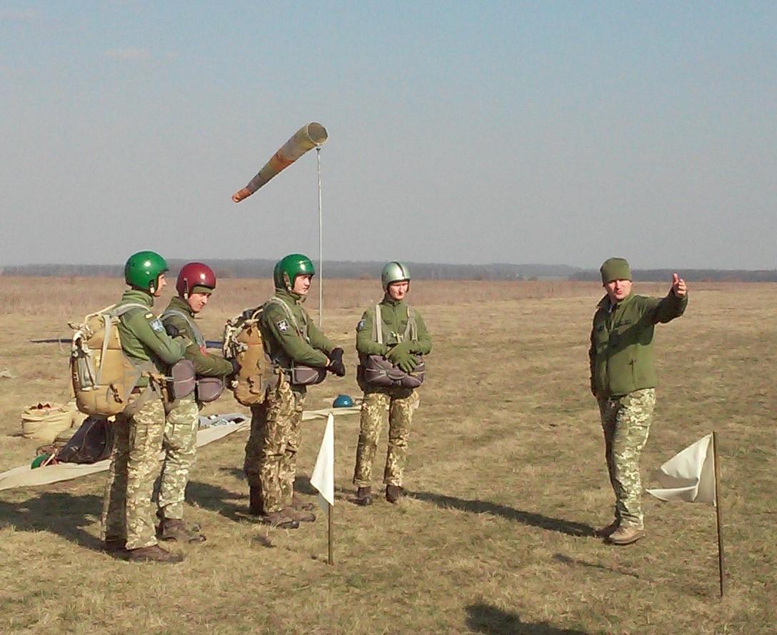 Військові авіатори та рятувальники Повітряних Сил виконали стрибки з парашутом