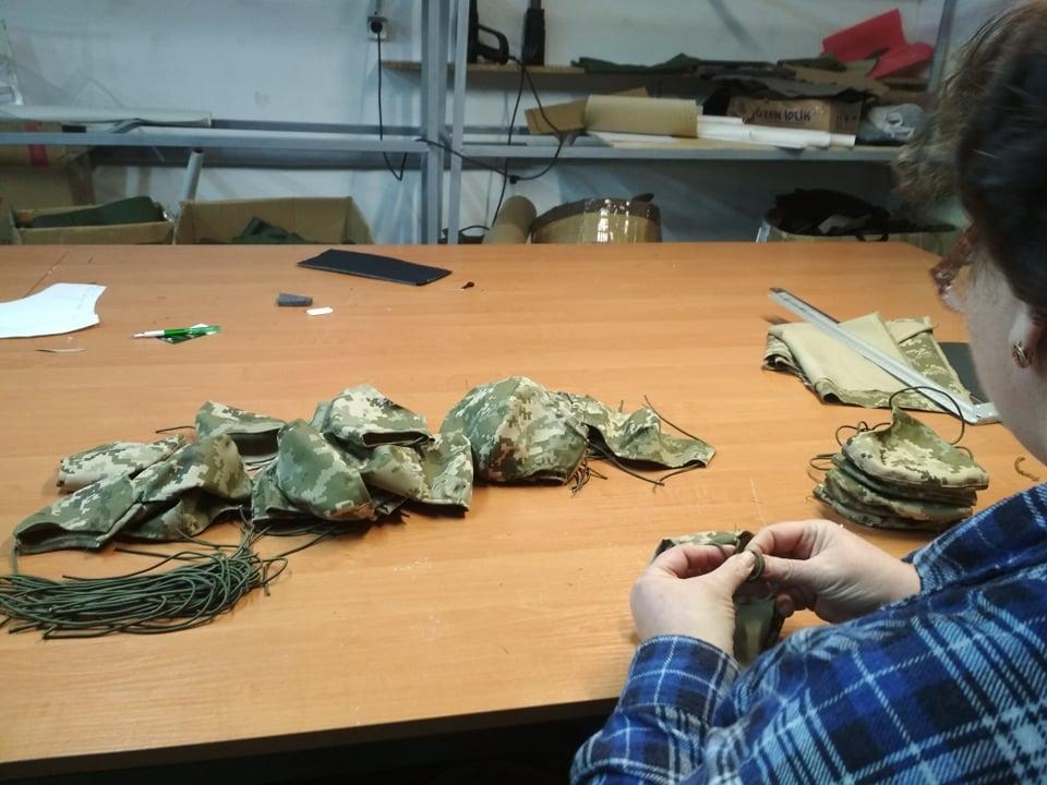 Волонтерів, які шили для армії, закликають виготовляти маски