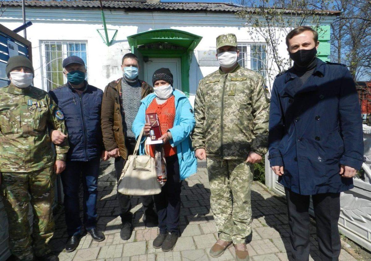 Орден навіки 24-річного Героя старшого солдата Віталія Малозовенка вручили його родині