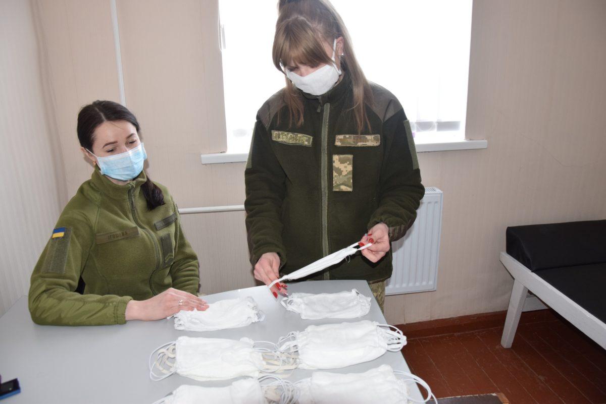 Воїни-автомобілісти у вільний час виготовляють медичні маски