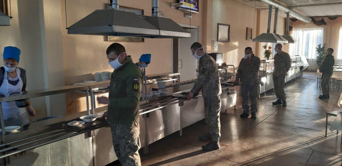 СOVID-19: у навчальних класах − до 10 осіб, за солдатським столом – по одному