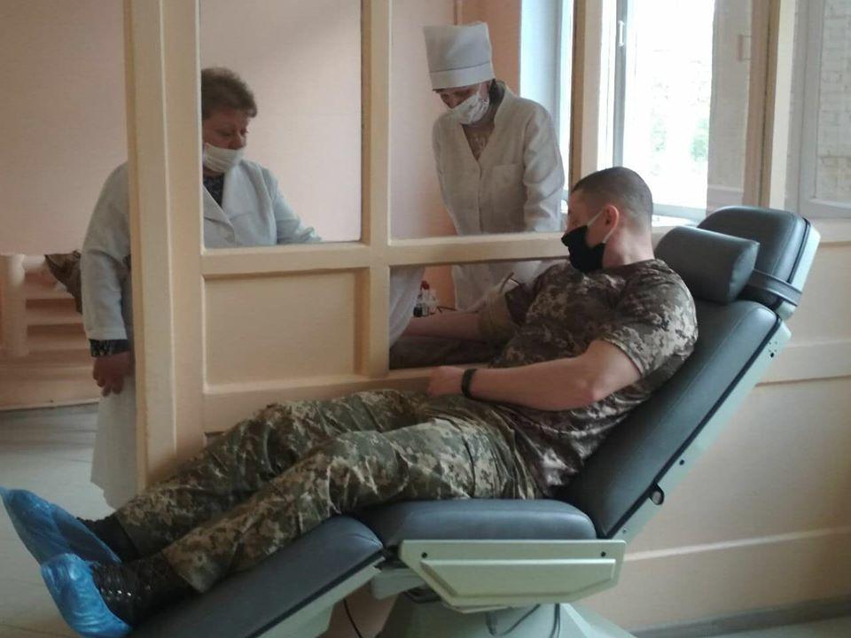 Рятуючи життя: військовослужбовці «Десни» здали кров для хворої жінки