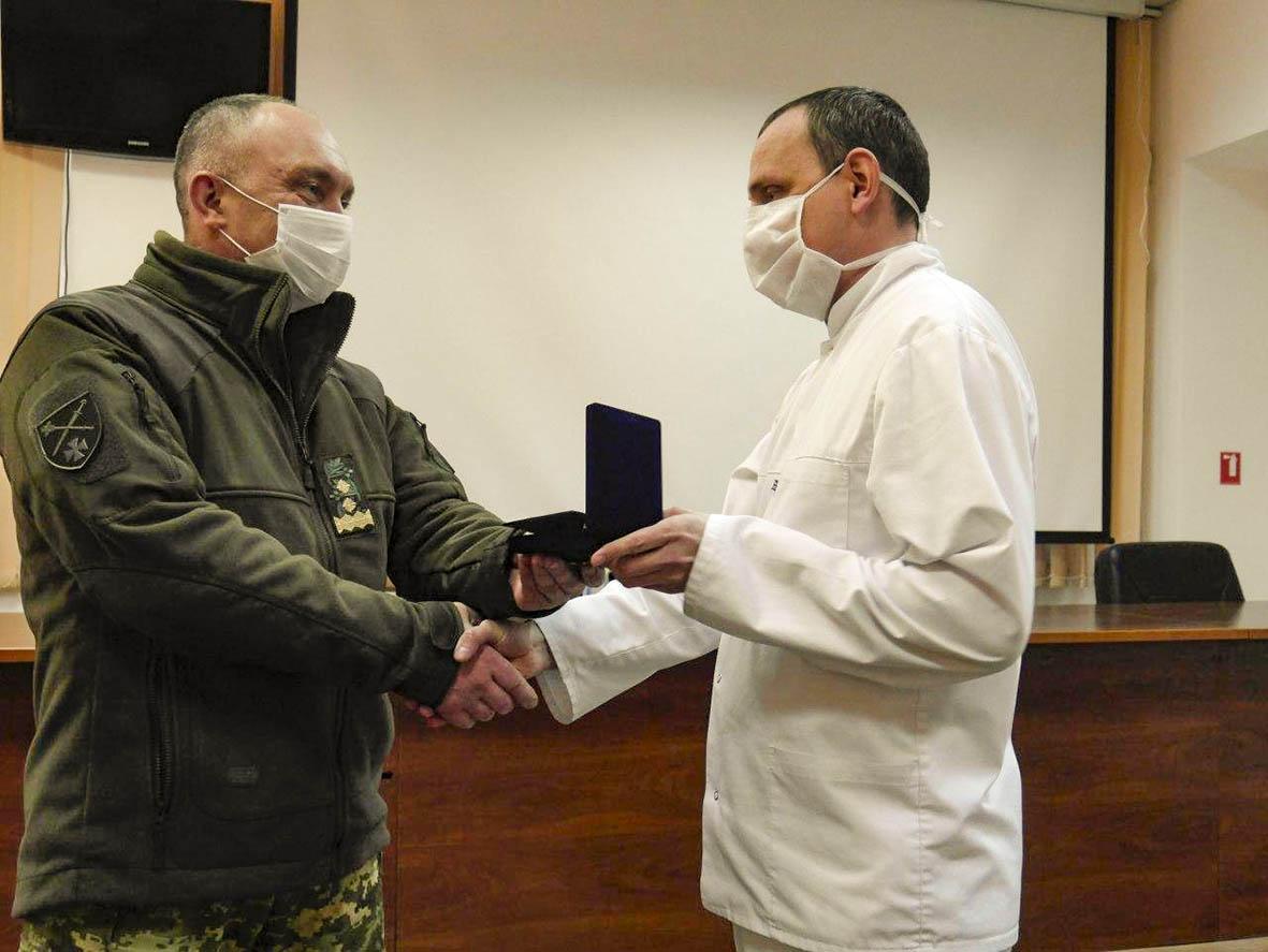 Шана лікарям, які борються за здоров'я і життя наших воїнів