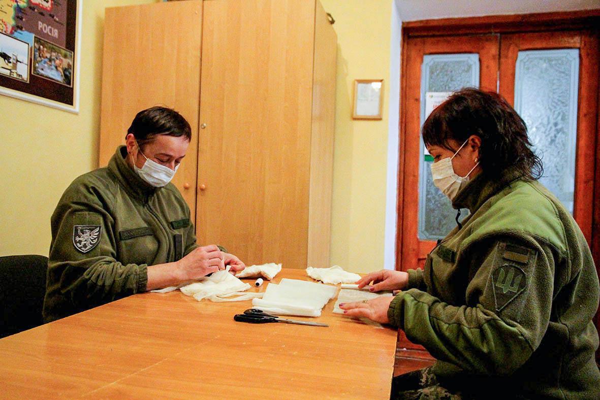 У бригаді ДШВ маски шиють і безоплатно роздають