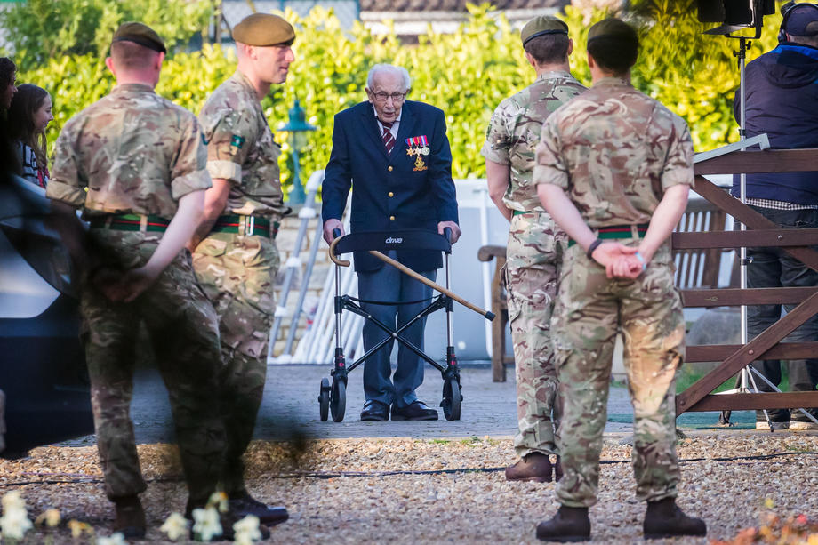 99-річний британський ветеран зібрав понад 30 мільйонів фунтів на допомогу медикам