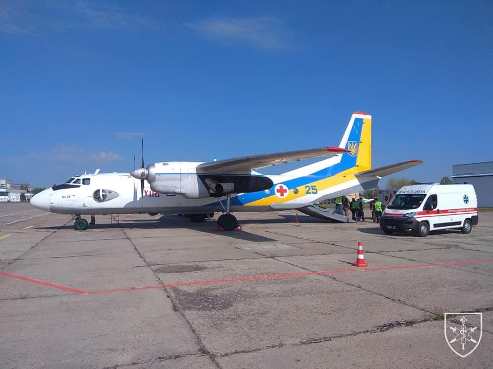 8 військових доправили літаком з Дніпра до Львова на лікування