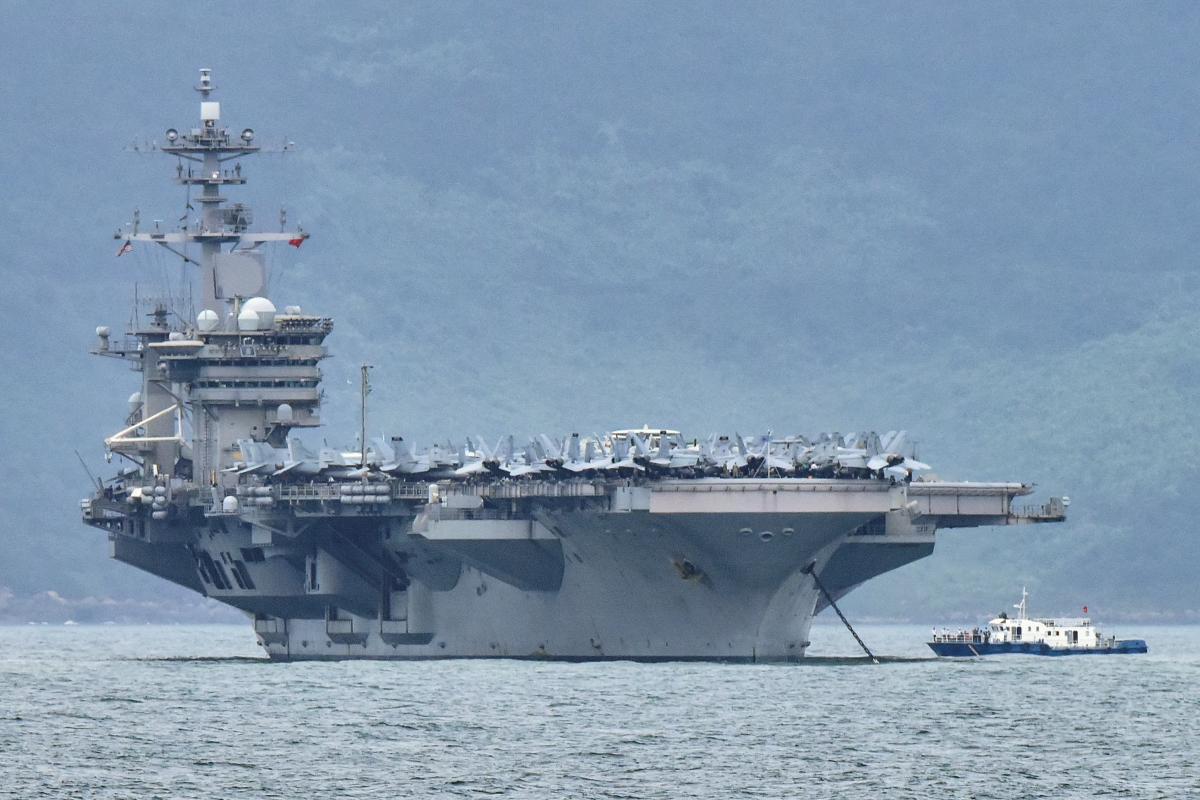 ВМС США евакуюють моряків з авіаносця, де лютує коронавірус