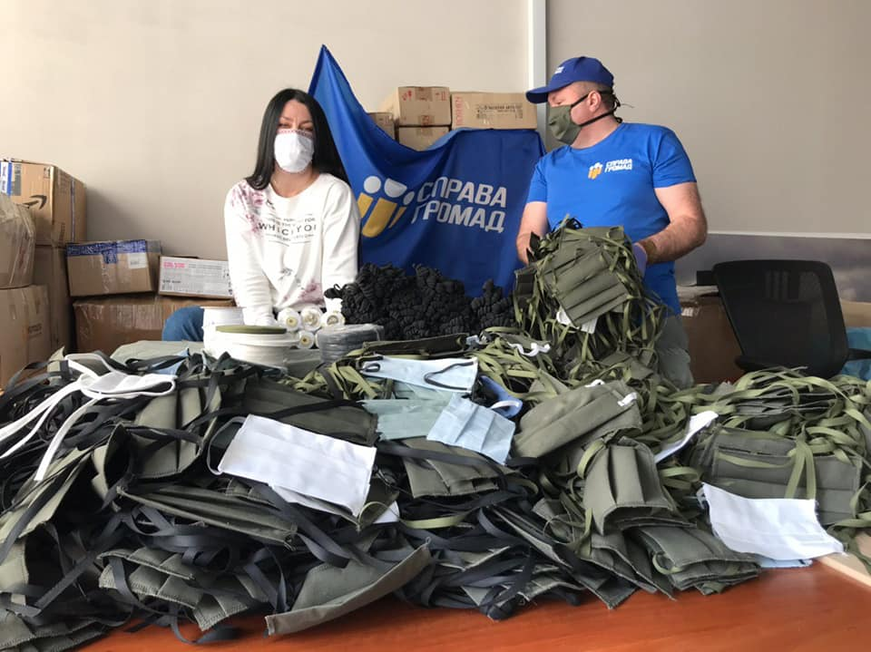 Волонтери з Києва за місяць пошили для українських воїнів вже 5000 масок