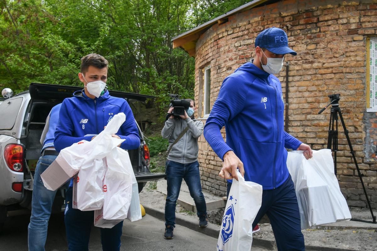 Київські динамівці привезли до шпиталю передачі для поранених бійців ООС