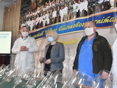 Медикам Чернігівського госпіталю волонтери передали захисні екрани для обличчя