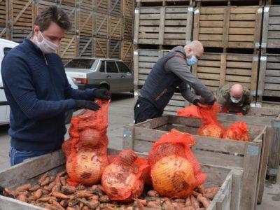 У Дніпрі ветерани АТО/ООС та фермери розвозять нужденним овочі