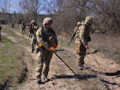 Знання, що допомагають вижити: Харківські курсанти вчаться працювати на замінованій території