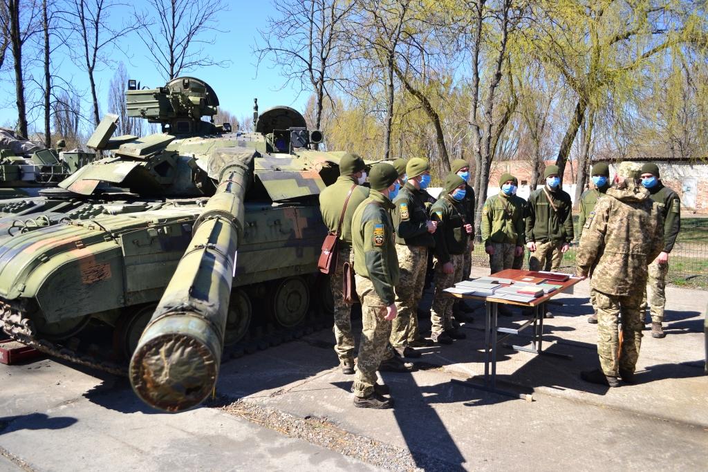 Випускники-танкісти готуються до прийняття офіцерських посад