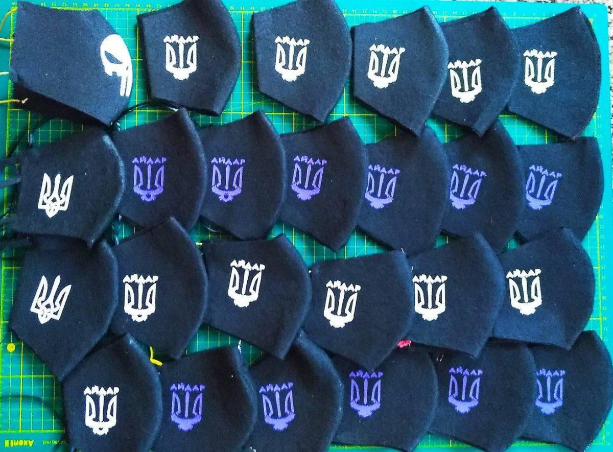 Ветеран шиє і безкоштовно роздає маски по всій Україні