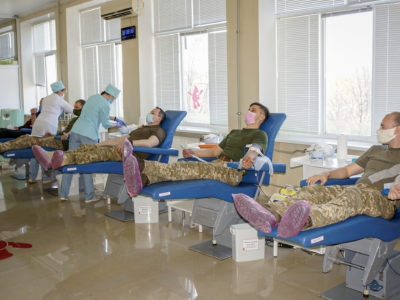 Армійці Харківського гарнізону відгукнулися на проблеми цивільних медиків та поповнили місцевий банк крові