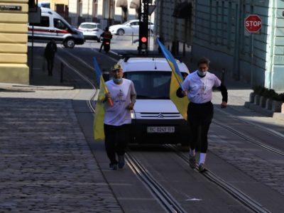 На честь 30-ї річниці підняття Державного Прапора над Львовом 64-річний спортсмен пробіг 750 кілометрів!
