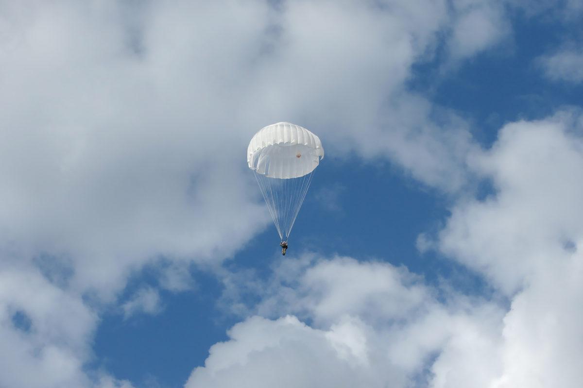 На Вінниччині рятувальники Повітряних Сил виконали стрибки з парашутом