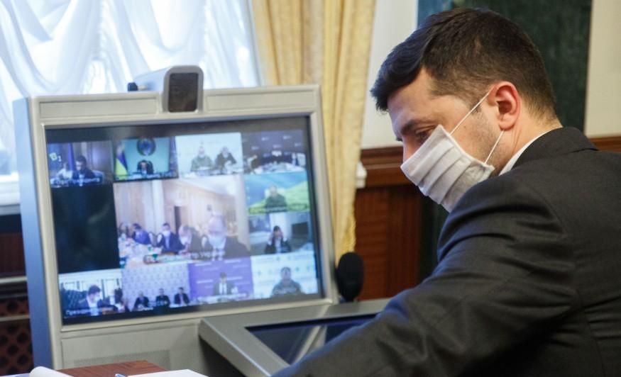 Президент пропонує застрахувати всіх лікарів, які працюють з коронавірусом
