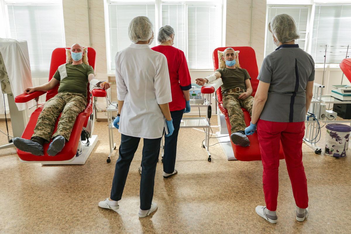 Військовослужбовці ООС безоплатно здають кров