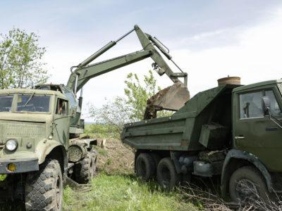 У прифронтовому Новотошківському військові допомагають  ремонтувати дороги