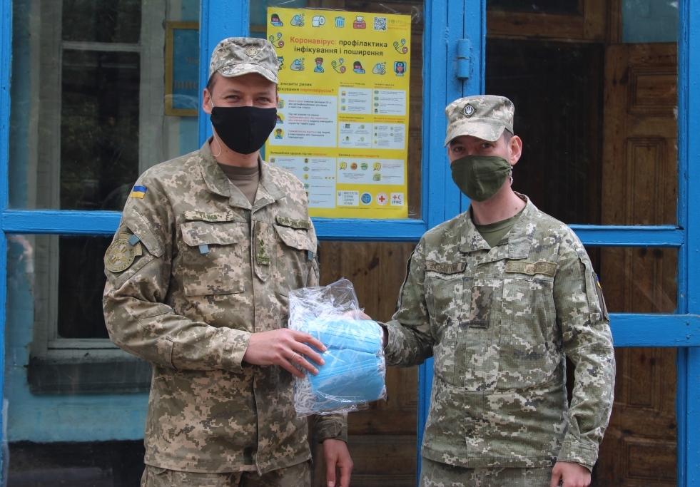 Кількасот захисних масок передала громадськість Вінниці військовослужбовцям гарнізону