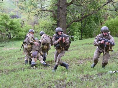 Першокурсники танкового інституту проходять польовий вишкіл
