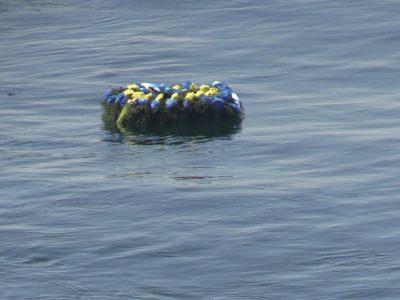 В Одесі військові моряки спустили на воду пам'ятний вінок