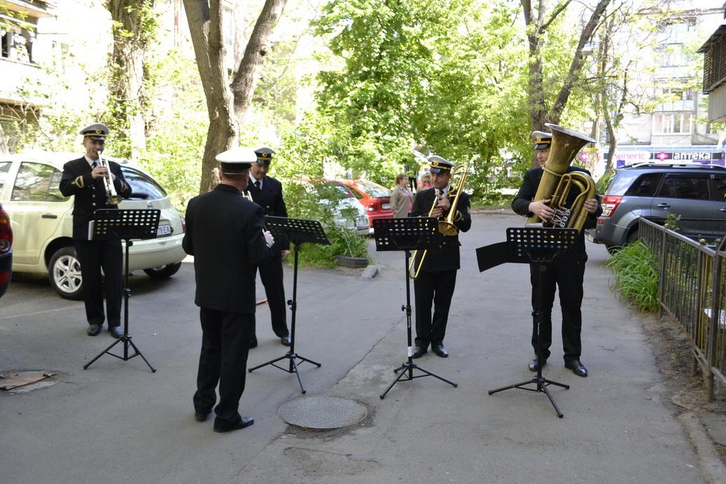 Оркестр ВМС зіграв концерт для 99-річного ветерана морської піхоти