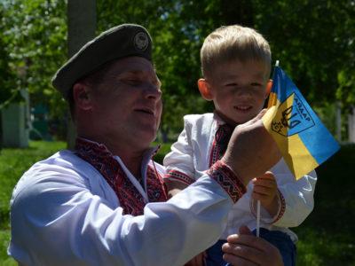 З Днем вишиванки українців вітають воїни!