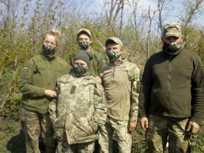 У Вінниці переселенці шиють і передають бійцям на передову… піксельні маски