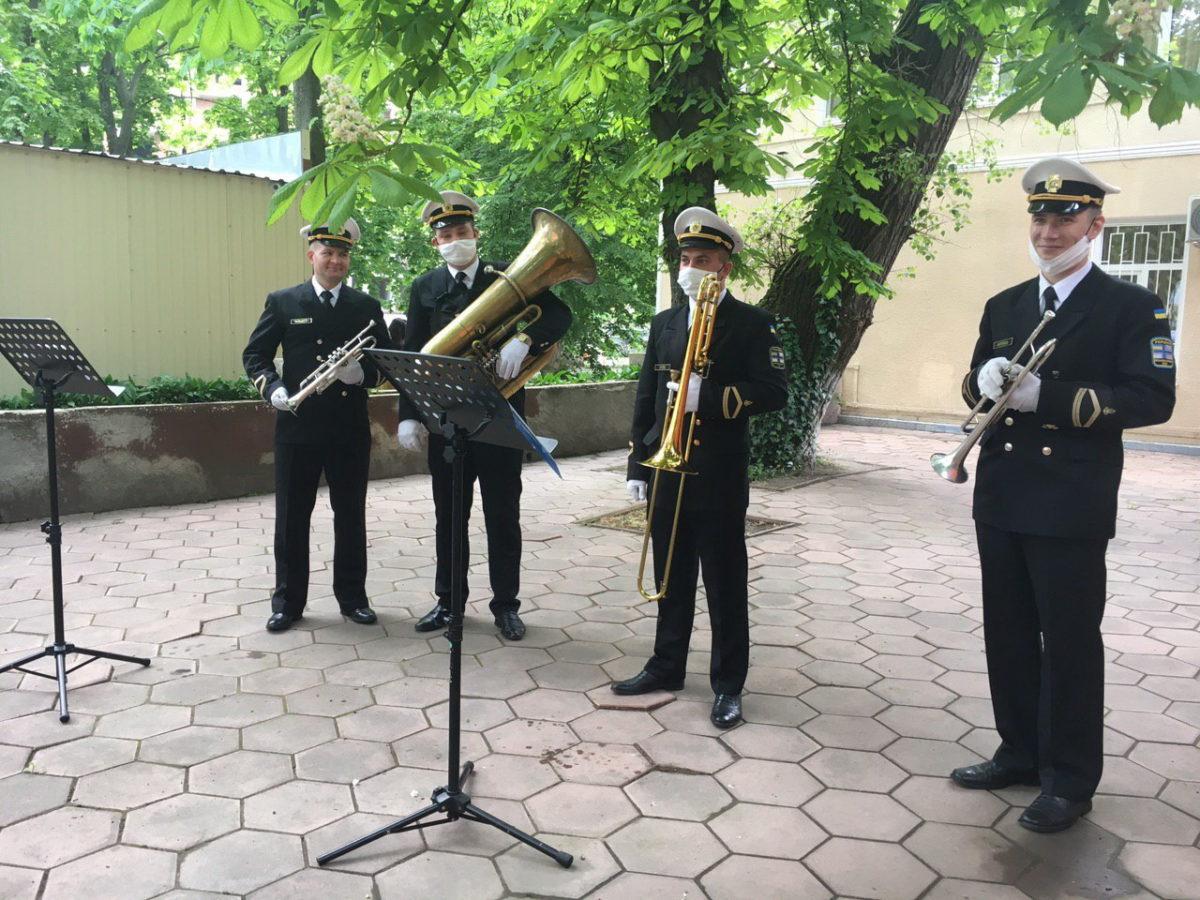 Оркестр ВМС зіграв для лікарів, що борються з COVID-19