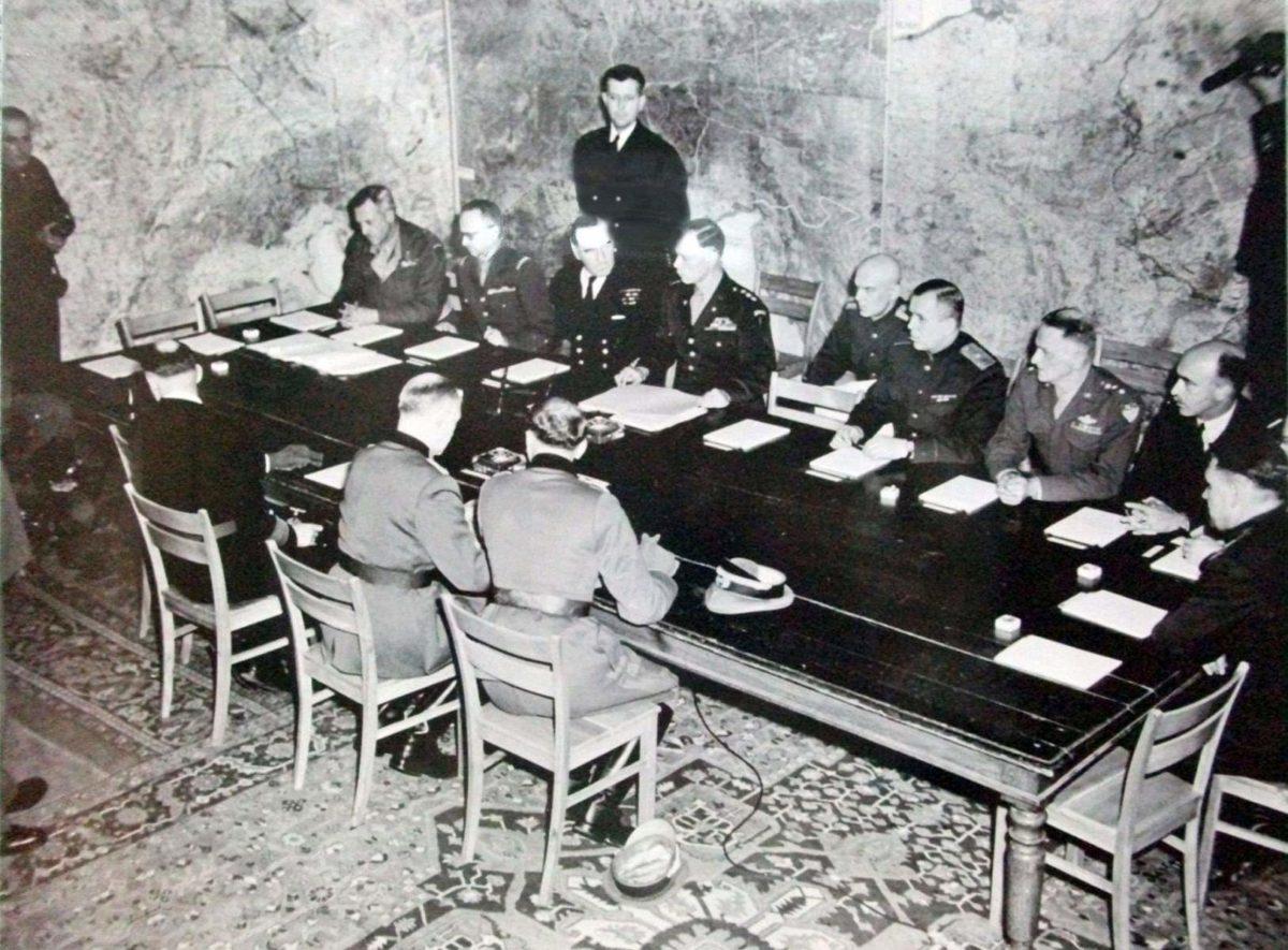 Акт про капітуляцію нацистської Німеччини підписували двічі