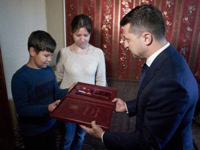 Президент вручив вдові хмельницького спецпризначенця орден «Золота Зірка»