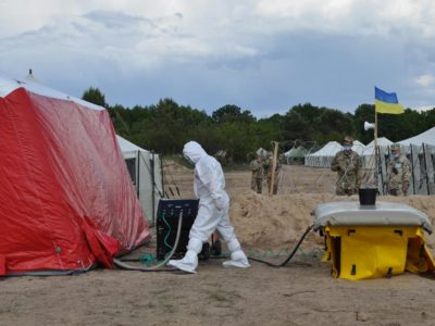 Військові медики розгорнули мобільну лабораторію зі спеціальним біолабораторним комплексом