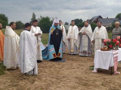 Мати полеглого солдата Дениса Поповича знову мусить долати опір місцевого священника у будівництві церкви