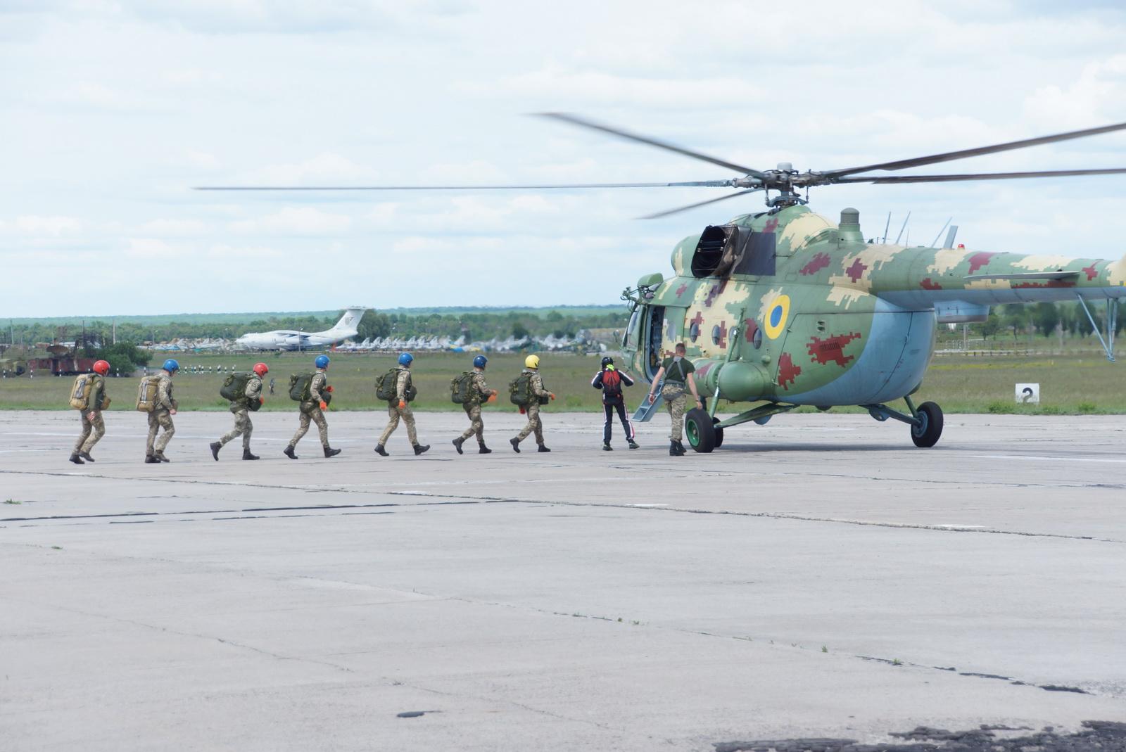 Разом з генералом — начальником університету — льотчики-першокурсники виконали свій перший стрибок з парашутом