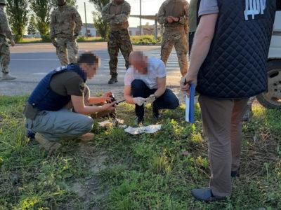 28 тисяч гривень за прилад нічного бачення та набої – правоохоронці затримали двох військових