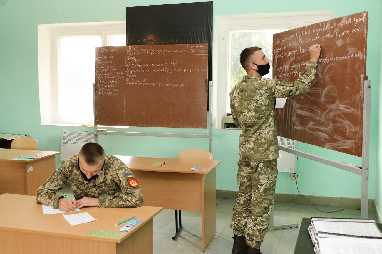 Чому цьогорічних випускників військових вишів бойові офіцери називають «золотою» молоддю