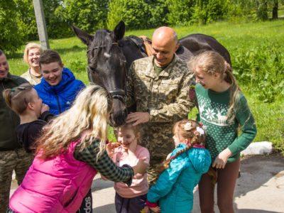 Дітей військових авіаторів запросили до Львівського кінного манежу