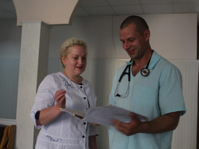 Її навіть у захисній масці в київському госпіталі впізнають ті, кому вона надавала допомогу на передовій