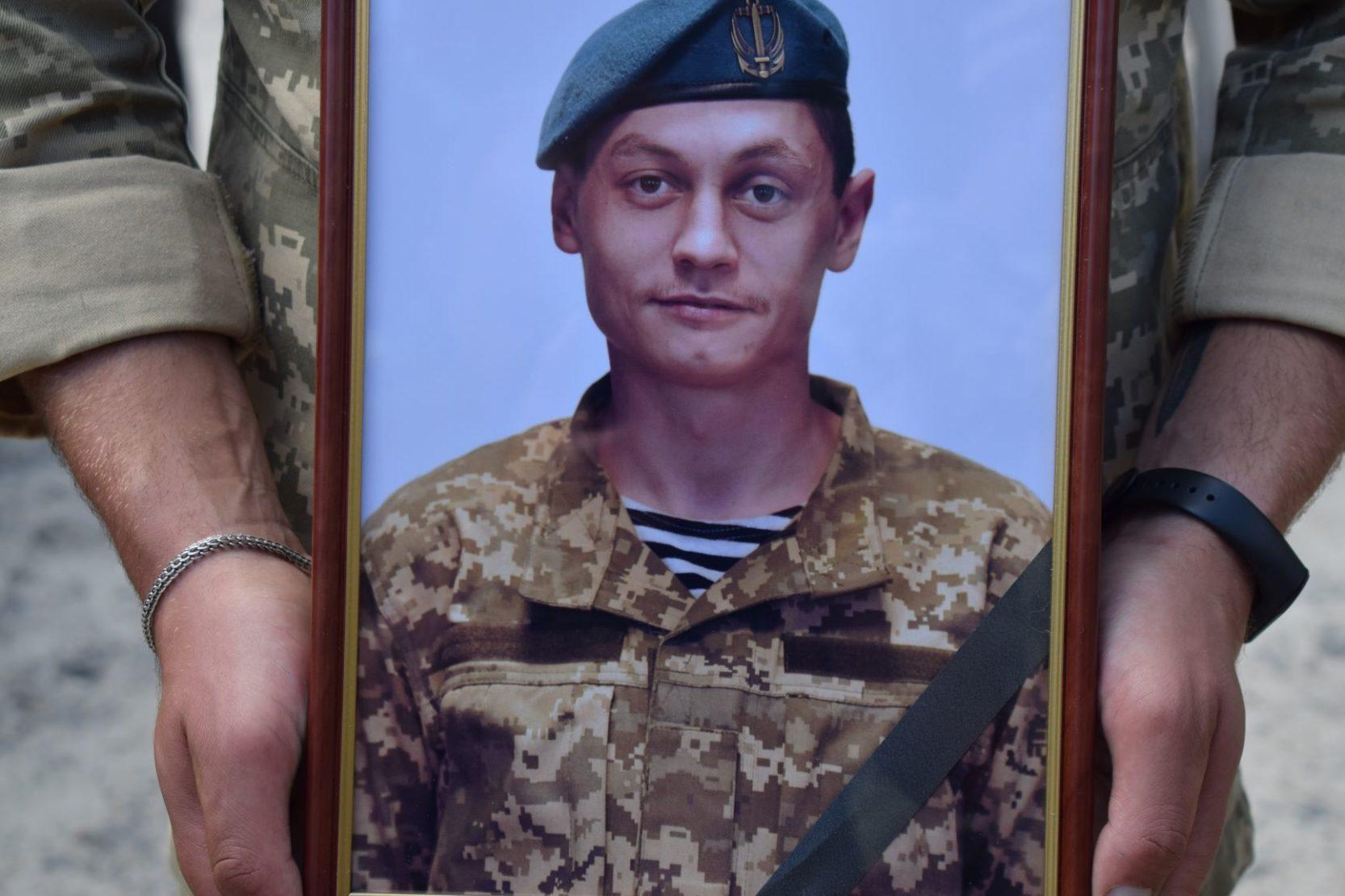 Сьогодні весь Ізяслав оплакував загиблого морпіха Василя Кравченка